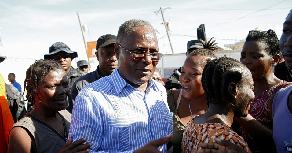 8.out.2016 - Presidente interino do Haiti, Jocelerme Privert, visita Jeremie após a passagem do furacão Matthew