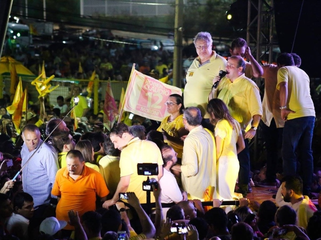 30.out.2016 - Com a força dos irmãos Ciro e Cid Gomes, o prefeito de Fortaleza, Roberto Claudio (PDT) (com o microfone), foi reeleito e vai conduzir a capital do Ceará por mais quatro anos. Ele venceu no segundo turno o deputado estadual Capitão Wagner (PR)