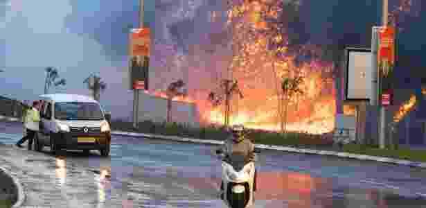 Israelenses passam por incêndio na cidade de Haifa, no norte de Israel - Jack Guez/AFP