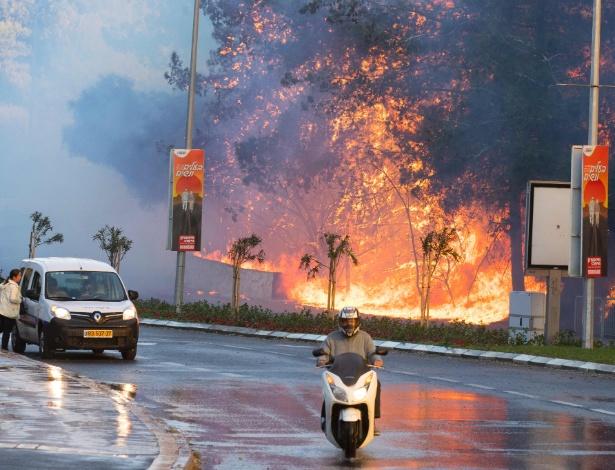 Israelenses passam por incêndio na cidade de Haifa, no norte de Israel