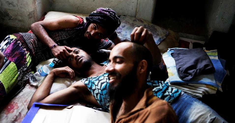 8.nov.2016 - Teflon (à esquerda), 19, Wam (no centro), 24, e Rodrigo (à direita), 26, relaxam no prédio ocupado no Centro de São Paulo que serve como refúgio para a comunidade LGBT