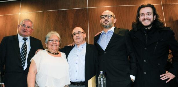 Da esquerda para a direita, Pablo Cruz, Imelda Daza, Jairo Estrada, Francisco Tolosa e Jairo Rivera lançam o movimento político Vozes da Paz em Bogotá, na Colômbia