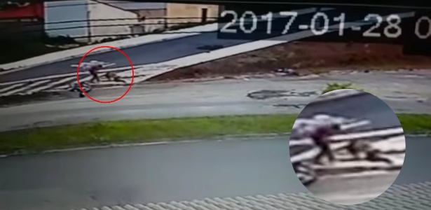 Em reprodução de vídeo, homem chuta a cabeça da ex-mulher
