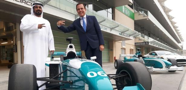 13.fev.2017 - Prefeito de São Paulo João Doria (d) visita o autódromo de Abu Dhabi, nos Emirados Árabes Unidos