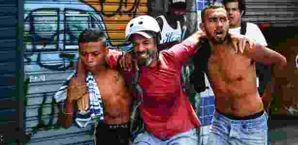 23.fev.2017 - O repórter fotográfico Dário Oliveira é socorrido após ser atingido por uma bala na coxa durante confronto nesta quinta-feira, 23, na Cracolândia, na região central de São Paulo. Usuários de drogas montaram barricadas na Rua Helvetia e na Alameda Dino Bueno e atearam fogo em objetos para impedir o avanço da Guarda Civil Municipal (GCM) - ALE VIANNA/ELEVEN/ESTADÃO CONTEÚDO - ALE VIANNA/ELEVEN/ESTADÃO CONTEÚDO