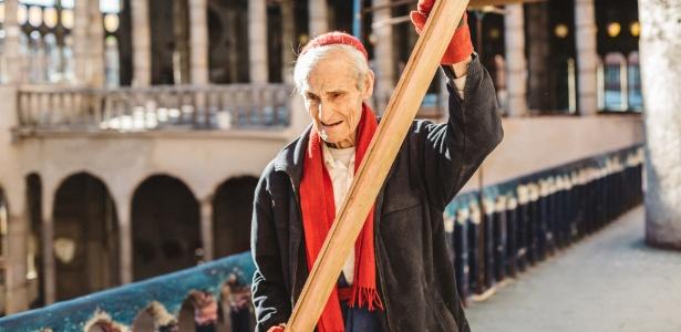 Justo Gallego, trabalhando na catedral em Mejorada del Campo, na Espanha