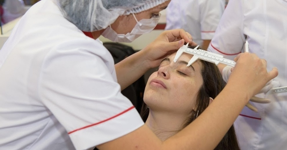 Procedimento de design de sobrancelhas feito na franquia Sóbrancelhas