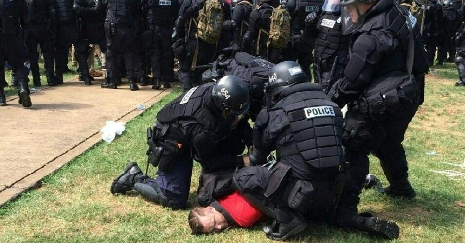 12.ago.2017 - A polícia de Charlottesville, na Virgínia (EUA), disse que alguns manifestantes foram detidos durante os confrontos na cidade, mas não informou o número exato de prisões