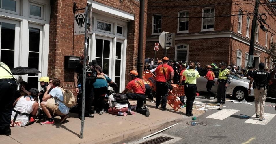 12.ago.2017 - Equipes de socorro atendem feridos nas ruas de Charlottesville, na Virgínia (EUA), após um carro atropelar várias pessoas durante um confronto entre extremistas de direita e grupos antiracismo
