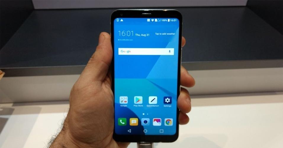 27af56ee0 Quer um celular com tela infinita  LG Q6 Plus é opção mais