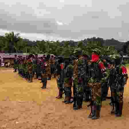 1.out.2017 - Membros do ELN (Exército de Libertação Nacional) nas margens do rio San Juan, em Choco, na Colômbia - AFP PHOTO / LUIS ROBAYO