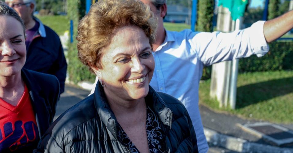 23.abr.2018 - A ex-presidente Dilma Rousseff (c), acompanhada da presidente nacional do PT, senadora Gleisi Hoffman (PR), e do senador Roberto Requião (MDB-PR), entre outros parlamentares, deixa à sede da Superintendência da Polícia Federal, em Curitiba (PR), na tarde desta segunda- feira, 23. Dilma tentou visitar o ex- presidente Luiz Inácio Lula da Silva, que permanece preso no local, apesar da negativa da juíza Carolina Moura Lebbos, da 12ª Vara Federa
