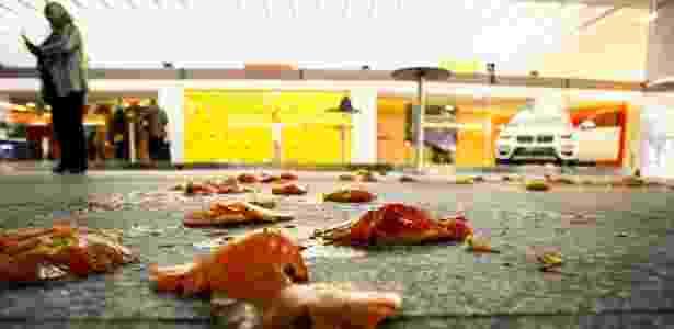 24.abr.2018 - Homem joga tomate em protesto a presença do ministro do STF, Gilmar Mendes, onde participava de um evento no Teatro Santander - ALOISIO MAURICIO/FOTOARENA/FOTOARENA/ESTADÃO CONTEÚDO - ALOISIO MAURICIO/FOTOARENA/FOTOARENA/ESTADÃO CONTEÚDO