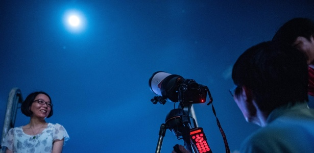 """Lua é fotografada em Hong Kong durante o fenômeno da """"lua cheia de sangue"""", em julho"""