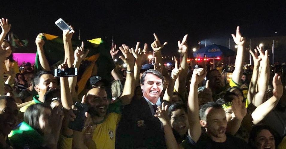 28.out.2018 - Eleitores tiram fotos com boneco de papelão de Jair Bolsonaro (PSL) em Brasília