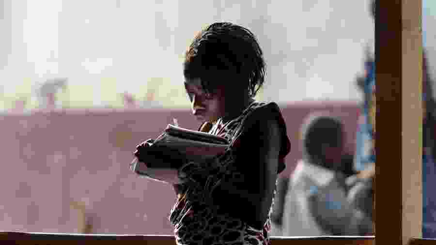 Criança em escola improvisada após onda de violência em Bangui, capital da República Centro-Africana - Issouf Sanogo/AFP