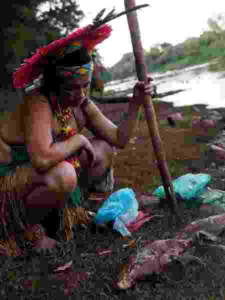29.jan.2019 - Mulher indígena da tribo Pataxó Hã-hã-hãe observa um peixe morto nas margens do rio Paraopeba, em São Joaquim de Bicas, próximo a Brumadinho (MG). O rio foi atingido pelos rejeitos de minérios da barragem da Vale que rompeu no dia 25. Segundo a Funai, mais de 80 indígenas da tribo vivem na aldeia Naõ Xohã, às margens do Paraopeba - Adriano Machado/Reuters
