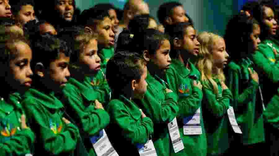 """Coral de crianças dos projetos """"Sementes do Amanhã"""", de Taboão da Serra (SP), e """"Futuração"""", de Santo André, cantam o hino nacional brasileiro - Marcos Corrêa/Presidência da República"""