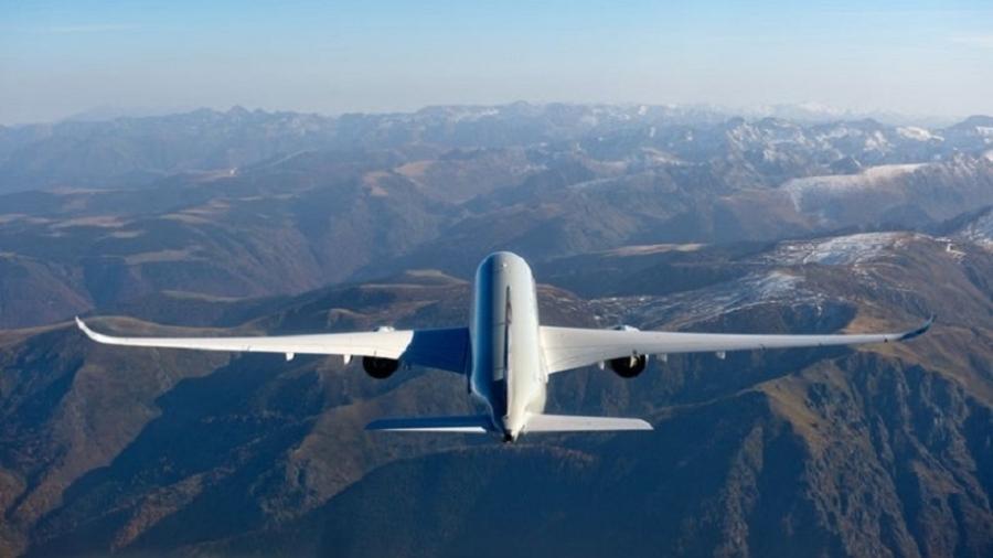 Aviões fazem caminhos que parecem malucos quando vistos no mapa, mas que fazem sentido se projetados no globo - Divulgação
