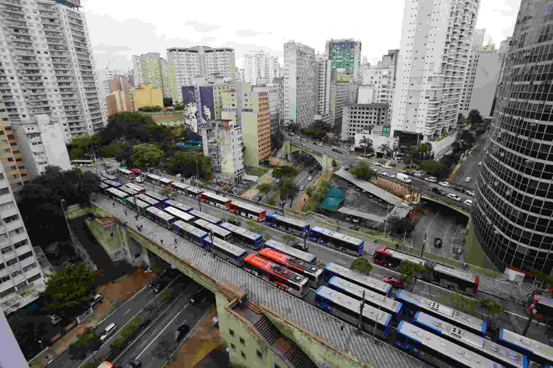 Fila de ônibus no Viaduto 9 de Julho, no centro de São Paulo, na manhã de hoje. A justiça determinou que 70% da frota circule para atender a população nos horários de pico. - Estadão Conteúdo