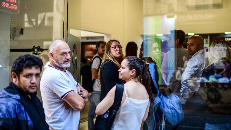 Argentinos fazem fila para sacar dólares antes das eleições gerais de domingo (27) - Ronaldo Schemidt/AFP