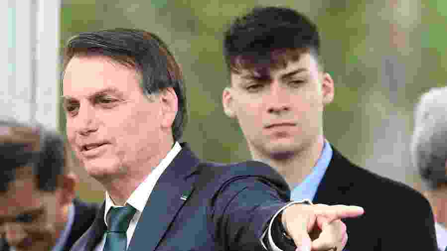Jair Bolsonaro e o filho Jair Renan Bolsonaro - Evaristo Sá / AFP