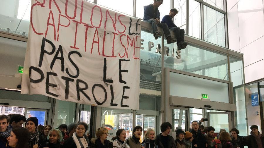 Ativistas protestam contra a Black Friday em um shopping em Paris - Noemie Olive/Reuters