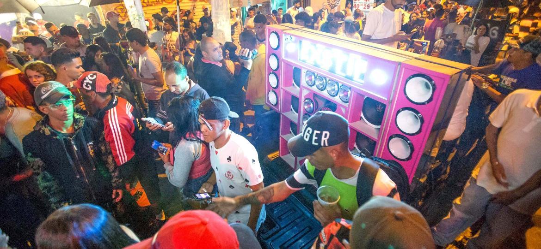 """Baile funk DZ7 na comunidade de Paraisópolis, zona sul de São Paulo, com o """"paredão"""" em carro - 07.dez.2019 - José Barbosa/Futura Press/Estadão Conteúdo"""