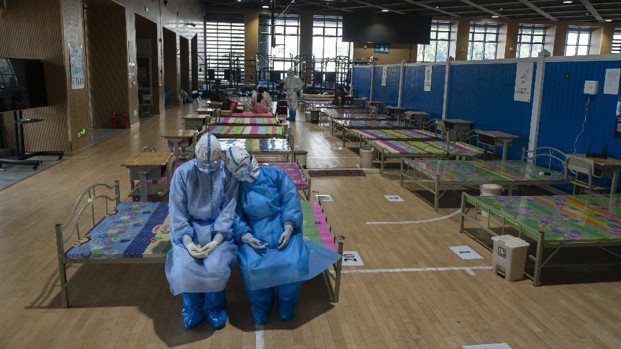 Coronavírus: Equipe médica em hospital temporário de Wuhan, na China - Xinhua/Fei Maohua