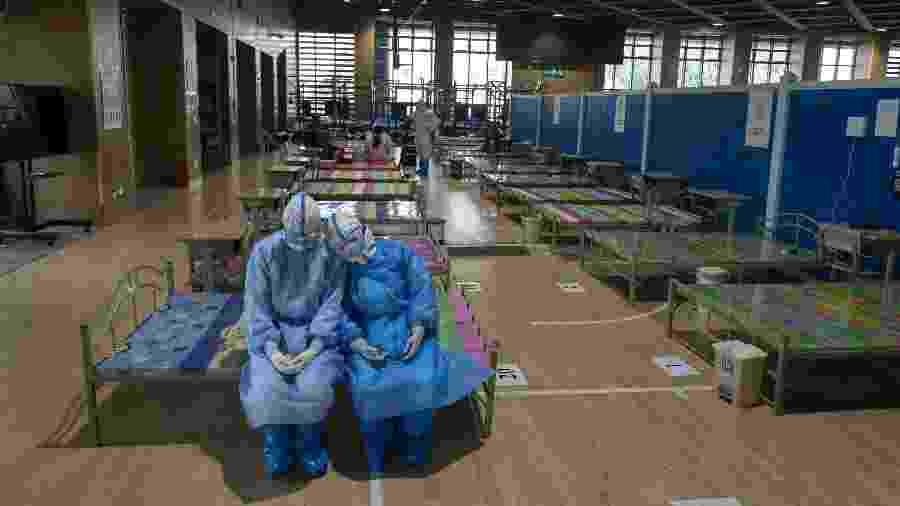 Equipe médica em hospital temporário de Wuhan, na China - Xinhua/Fei Maohua
