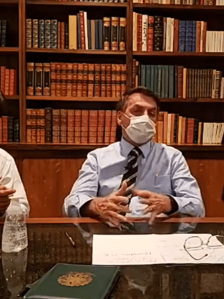 12/03/2020 - O presidente Jair Bolsonaro de máscara de proteção fala em live sobre coronavírus - Reprodução/Facebook