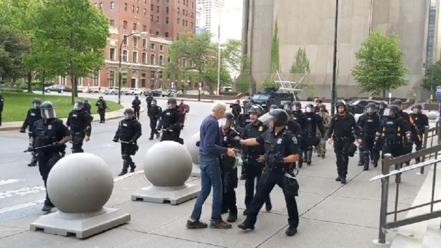 05/06/2020 - Homem de 75 anos é empurrado por policiais em protesto em Buffalo, nos Estados Unidos -