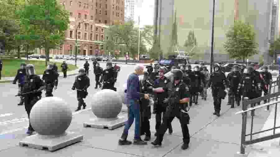 5.jun.2020 - Homem de 75 anos é empurrado por policiais em protesto em Buffalo, nos Estados Unidos - Reprodução