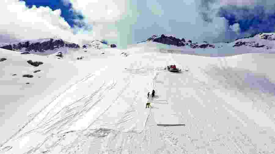 19.jun.2020 - Funcionários contratados pelo governo usam lençol branco gigante para cobrir geleira Presena, em Trentino, no norte da Itália, e impedi-la de derreter - Miguel Medina/AFP