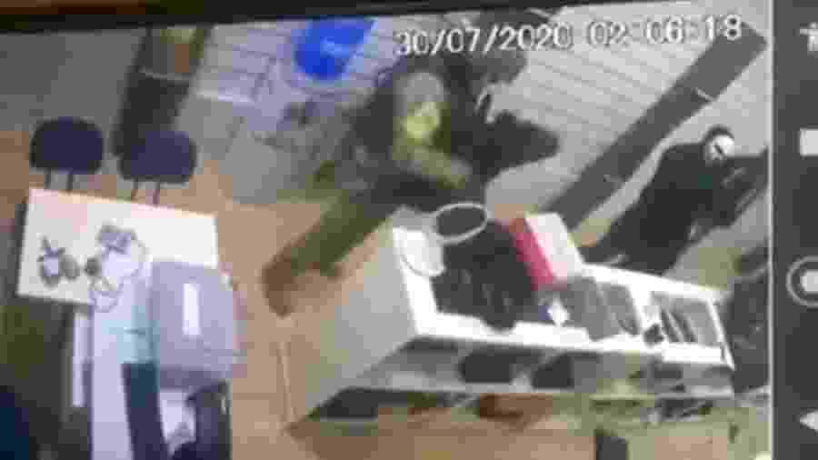 30.jul.2020 - Imagens de câmeras de segurança mostram ação de assaltantes em uma joalheria de Botucatu (SP) - Reprodução/Twitter/@SuzyVitoria1