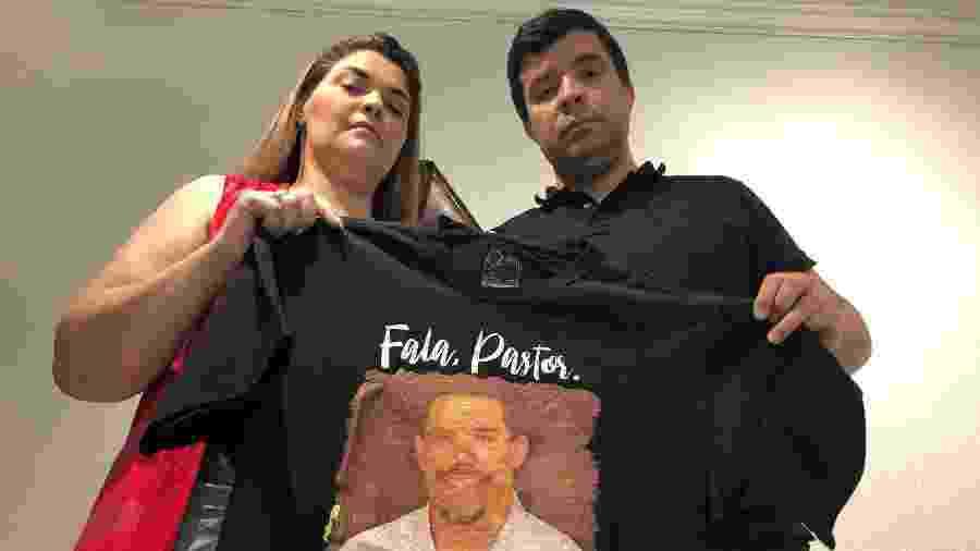 11.set.2020 - Wagner de Andrade Pimenta, o Pastor Misael, e Luana Rangel Pimenta, sua esposa, exibem camisa com foto do pastor Anderson do Carmo, morto a tiros em junho de 2019 - Herculano Barreto Filho/UOL