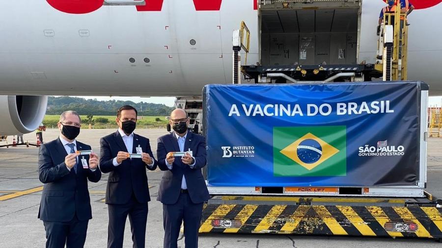 O governador de São Paulo João Doria acompanhado do secretário estadual de Saúde Jean Gorinchteyn e do diretor do Instituto Butantan, Dimas Covas, recebe lote com insumos da CoronaVac - Reprodução/Twitter/João Doria