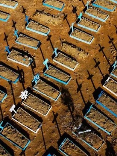 Vista área do cemitério Nossa Senhora Aparecida, em Manaus - Michael Dantas/AFP
