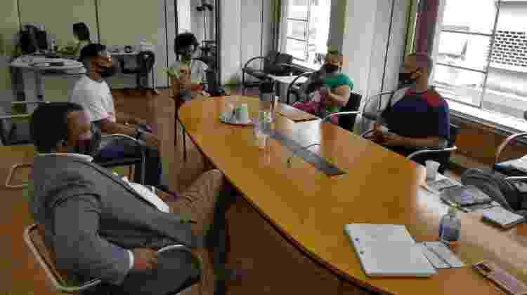 O ouvidor Elizeu Soares Lopes, de terno, recebe o pai de Eryk, os pais de Alexssandro e a advogada Luise Aguirre - Marcelo Oliveira/UOL - Marcelo Oliveira/UOL