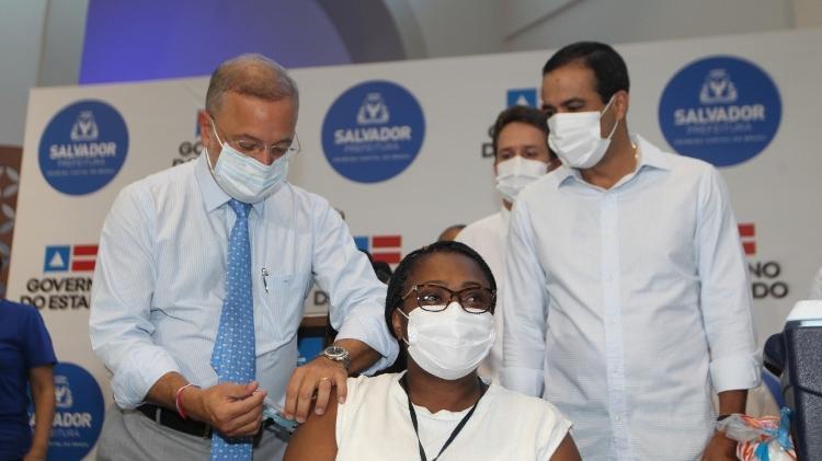 Imunização contra covid | Enfermeira e idosa são as primeiras vacinadas contra covid-19 na Bahia