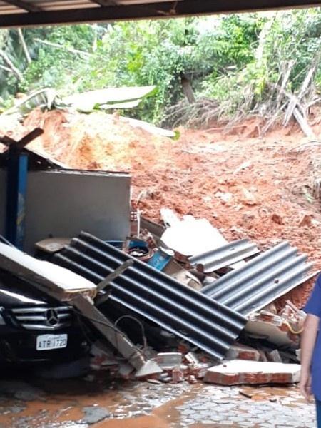 Carro foi atingido em deslizamento de terra em Blumenau - Divulgação/Defesa Civil