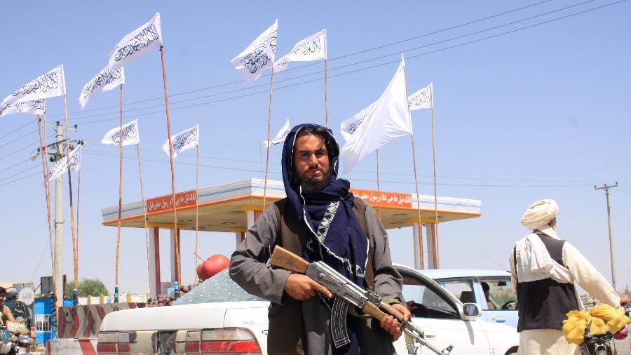 Um combatente do Taleban observa enquanto ocupa a cidade de Ghazni, no Afeganistão - Stringer/Reuters