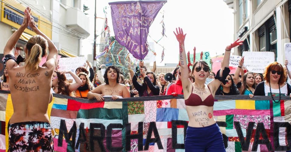4.jul.2015 - Manifestantes feministas participam da Marcha das Vadias, no centro de Curitiba
