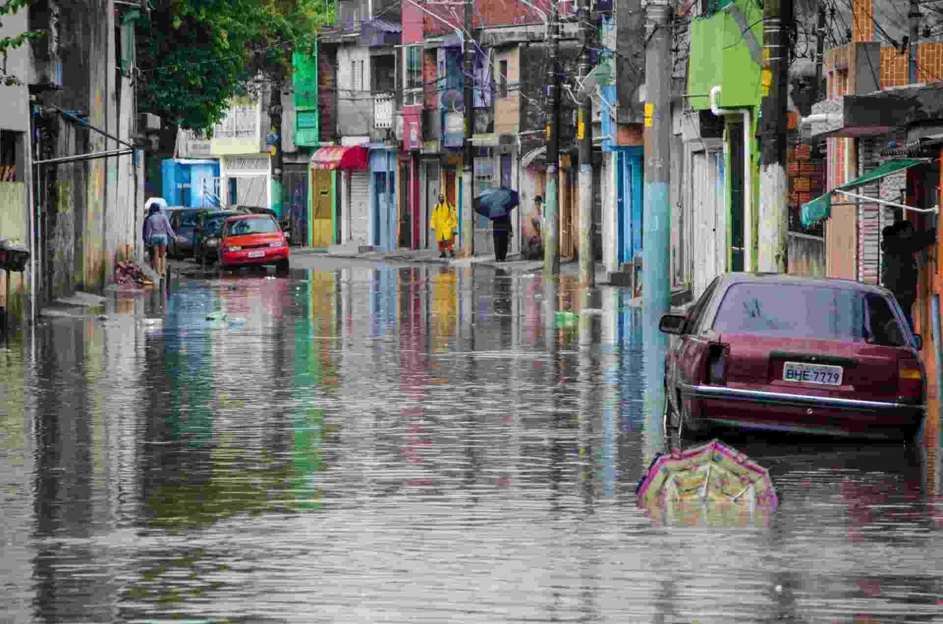 8.set.2015 - A chuva que cai sobre a cidade de São Paulo desde a madrugada causou enchentes e deixou a capital em estado de atenção. A rua Agreste de Itabaiana, na zona leste, foi uma das ruas que ficou alagada, o que dificultou a passagem de pedestres e carros - Gero/ Estadão Conteúdo