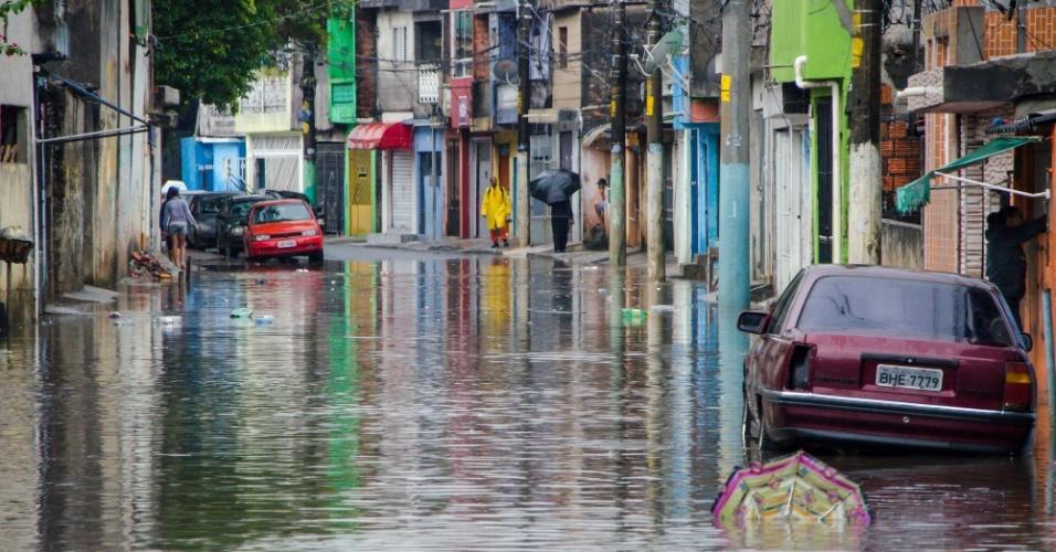 8.set.2015 - A chuva que cai sobre a cidade de São Paulo desde a madrugada causou enchentes e deixou a capital em estado de atenção. A rua Agreste de Itabaiana, na zona leste, foi uma das ruas que ficou alagada, o que dificultou a passagem de pedestres e carros