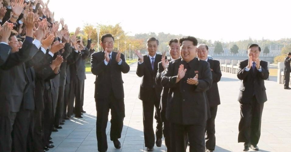 26.out.2015 - Ditador norte-coreano Kim Jong-un participa de uma sessão de fotos com os funcionários que trabalharam para concluir uma central  hidroelétrica na Coreia do Norte. Em foto sem data divulgada pela Agência de Notícias estatal (KCNA)