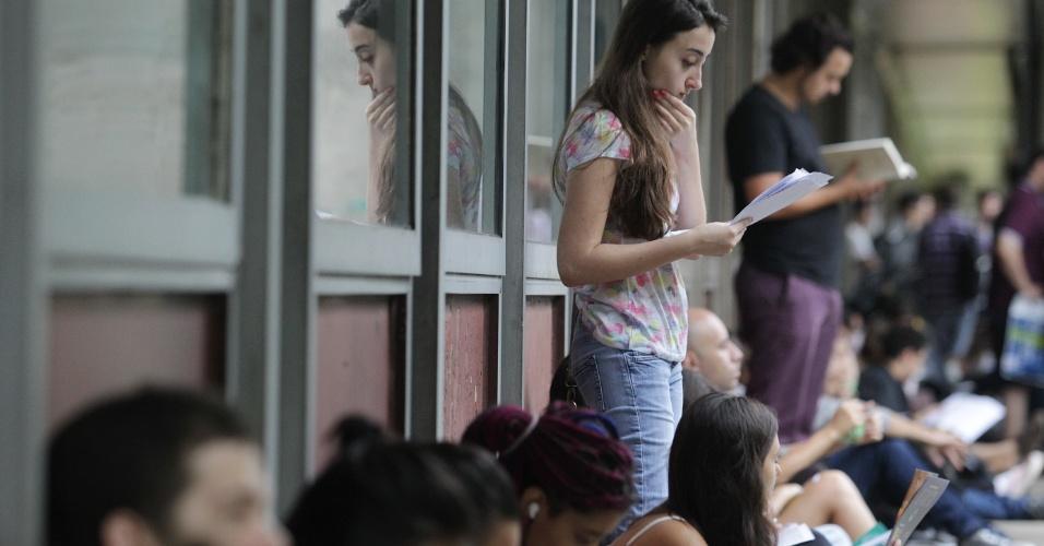 11.jan.2016 - Movimentação de candidatos para o segundo dia de provas do vestibular da Fuvest na Escola Politécnica, na Cidade Universitária, zona oeste de São Paulo, nesta segunda-feira