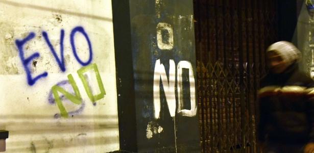 """Homem passa por pichação que diz """"Evo não"""" em El Alto, na Bolívia"""