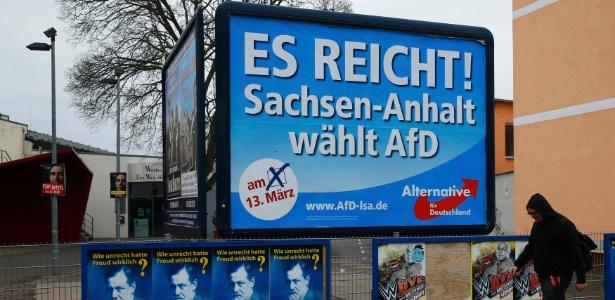 """Placa com os dizeres """"Basta! Saxony-Anhalt vota no AfD"""", em Magdeburg"""