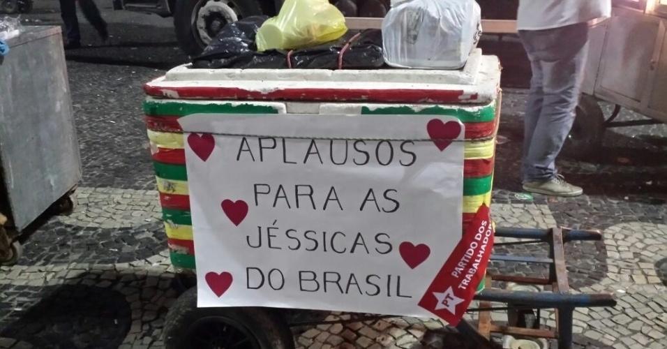 31.mar.2016 - Ambulante colocou cartaz na caixa de isopor onde se lê